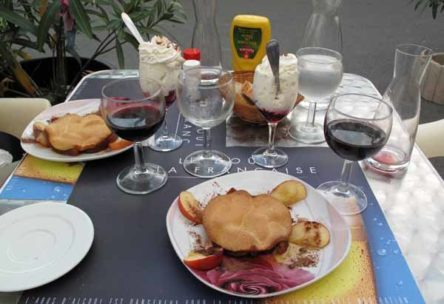 Walking in France: And to finish - apple tarts with chantilly