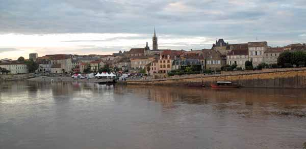 Walking in France: The concert on the landing stage from across the Dordogne