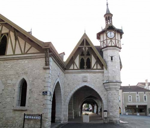 Walking in France: Market square and arcade, Castillonnès