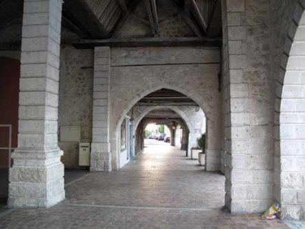 Walking in France: Castillonnès arcade