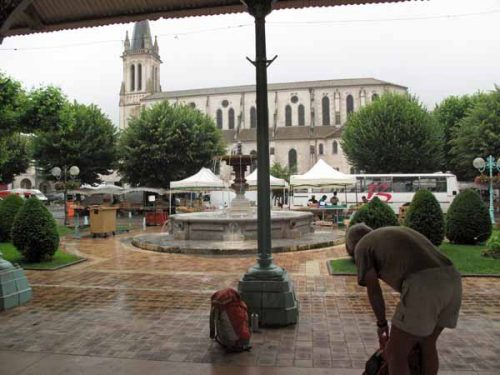 Walking in France: Getting organised out of the rain next to the market, Castelmoron halle