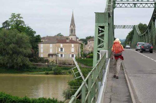 Walking in France: Crossing a muddy Garonne to enter Saint-Léger