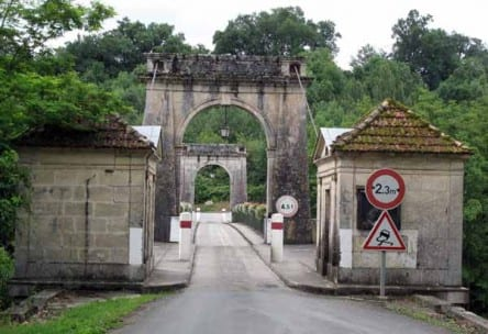 Walking in France: Leaving Vianne via the suspension bridge across the Baïse