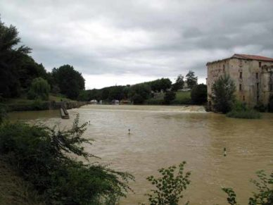 Walking in France: The muddy Baïse with Vianne on the far side