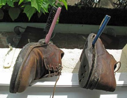 Walking in France: Daily shoe repairs