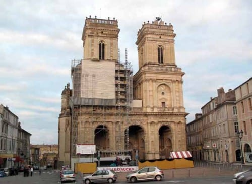 Walking in France: Work still under way on the Auch cathedral