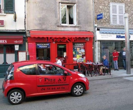 Walking in France: Happily installed at the very pleasant Pizz à 2, Saint-Symphorien