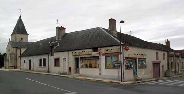 Walking in France: A beautiful sight - the bar/restaurant in Villeneuve-sur-Cher