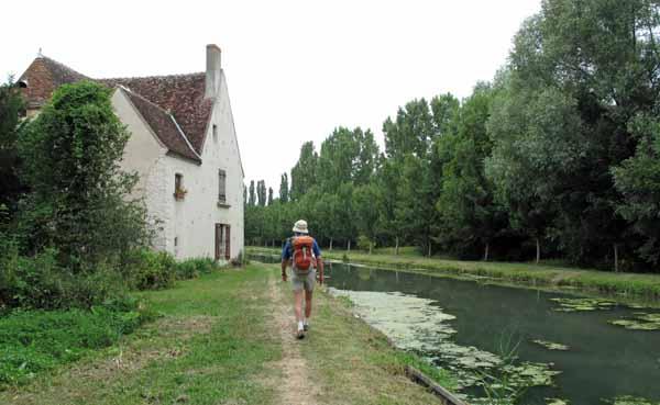 Walking in France: Leaving Mehun-sur-Yèvre beside the Canal de Berry