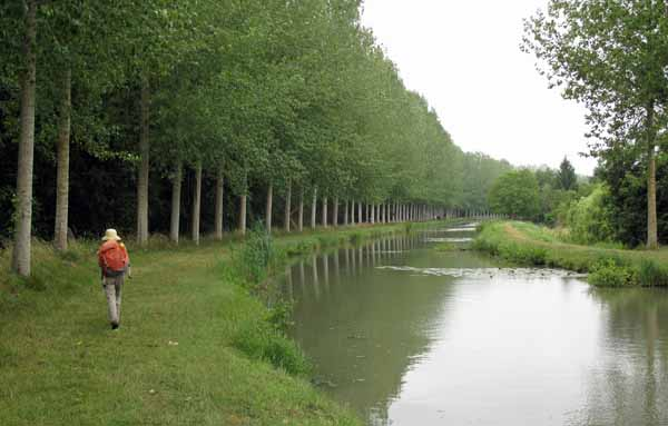 Walking in France: On the tow path of the Canal de Berry