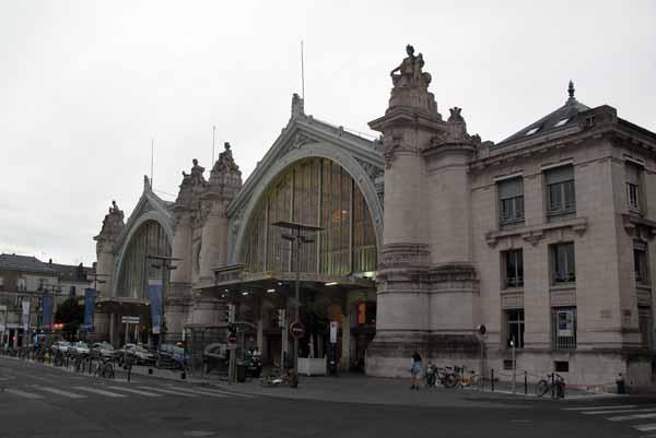 Walking in France: Tours' imposing railway station