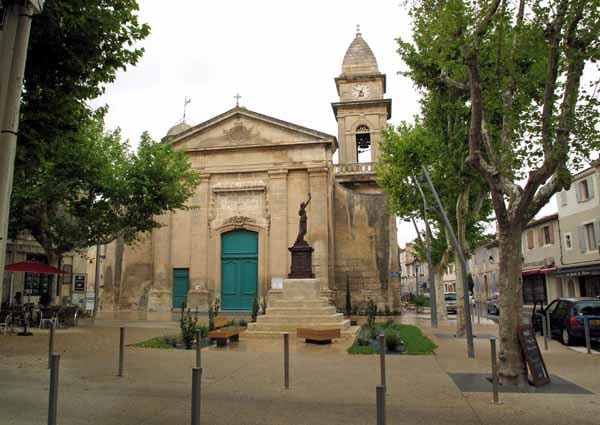 Walking in France: Church in the main square of Fontvieille