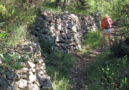 Walking in France: ... past a dry stone wall