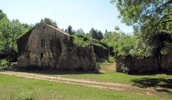 Walking in France: Abandoned farmhouse