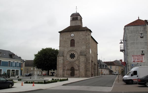 Walking in France: Back in Gouzon's church square