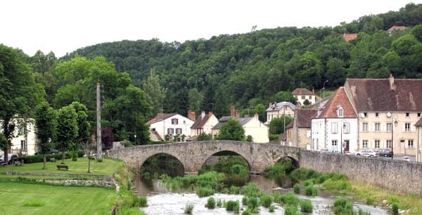 Walking in France: Ancient foot bridge over the Voueize