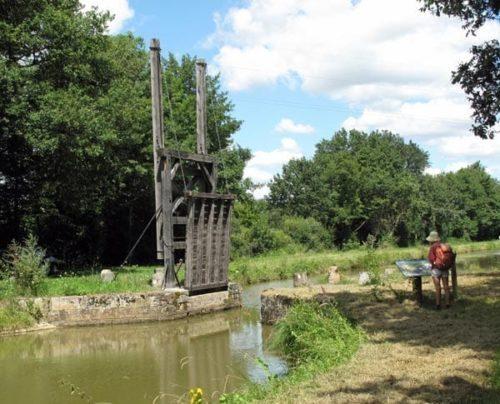 Walking in France: Drawbridge across the canal