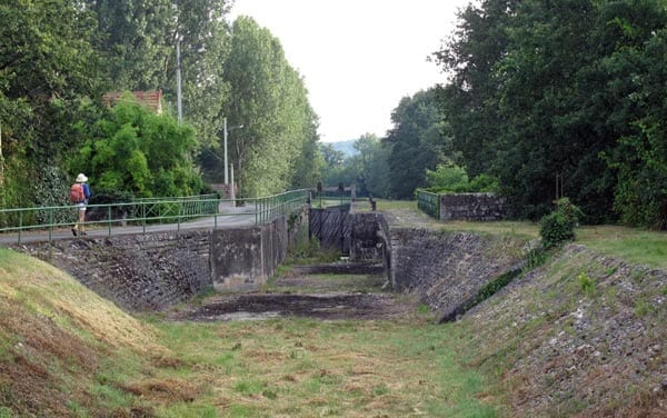 Walking in France: End of the dry section of the canal