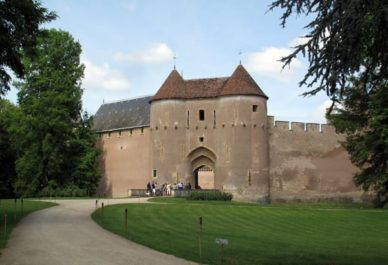 Walking in France: Château of Ainay-le-Vieil
