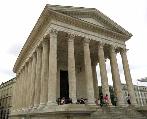 Walking in France: ... and the Maison Carrée