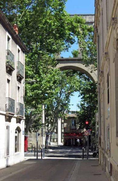 Walking in France: A glimse of the impressive 17th century Aqueduc Saint-Clément