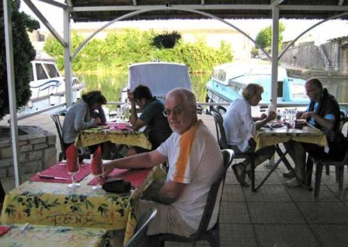 Walking in France: At Tony's Pizzeria next to the boat harbour