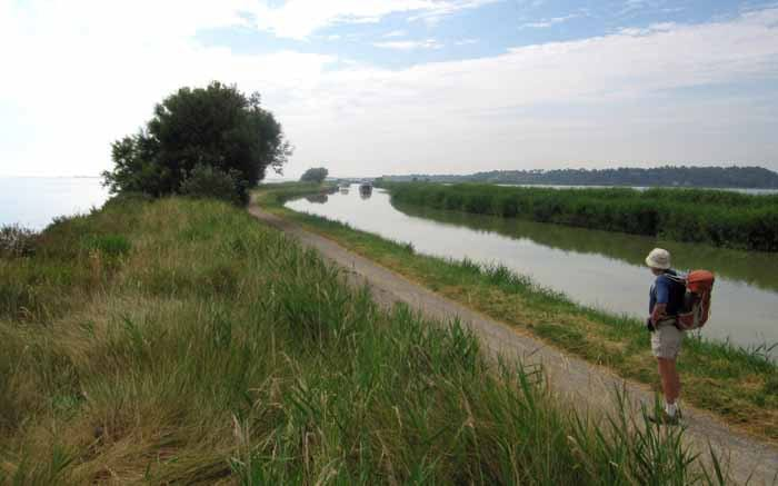 Walking in France: The canal crossing the lagoon