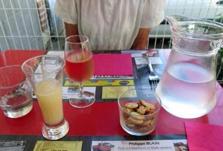 Walking in France: Apéritifs and water at L'Atelier, L'Île-Bouchard