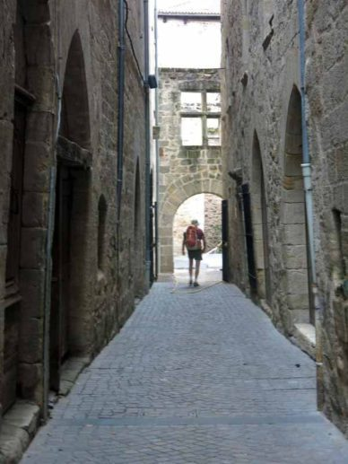 Walking in France: Crooked alley in Figeac