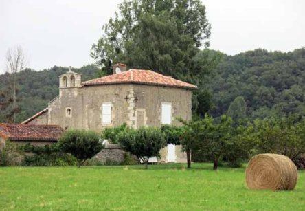 Walking in France: Small chapel