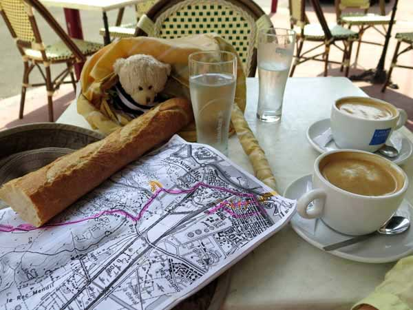 Walking in France: Second breakfast in Port-la-Nouvelle with our small travelling companion