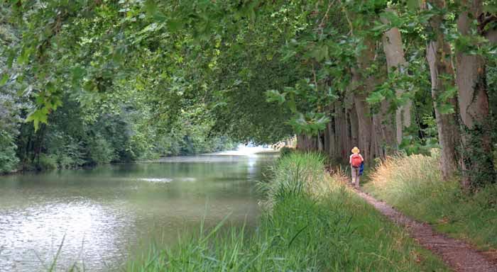 Walking in France: Approaching the road bridge to Bram