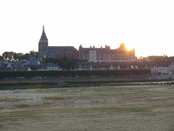 Walking in France: Gien château at dawn