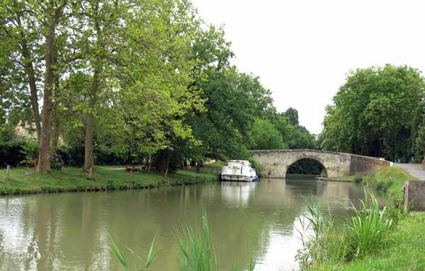 Walking in France: A peaceful scene on the canal
