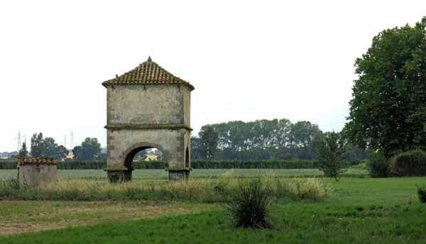 Walking in France: Pigeonnier near Bram