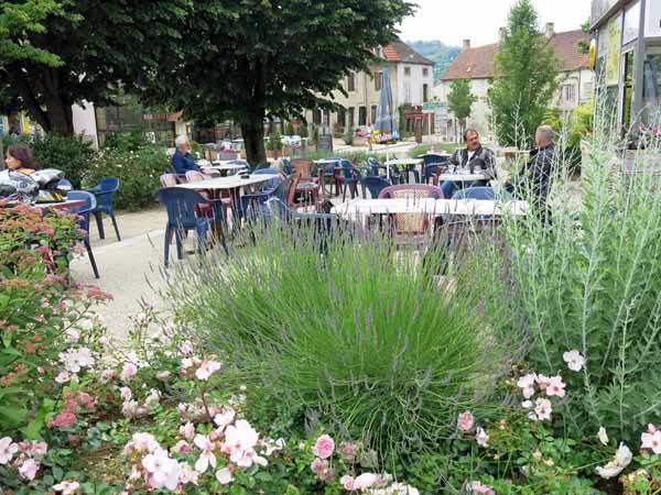 Walking in France: Nice garden, terrible coffee