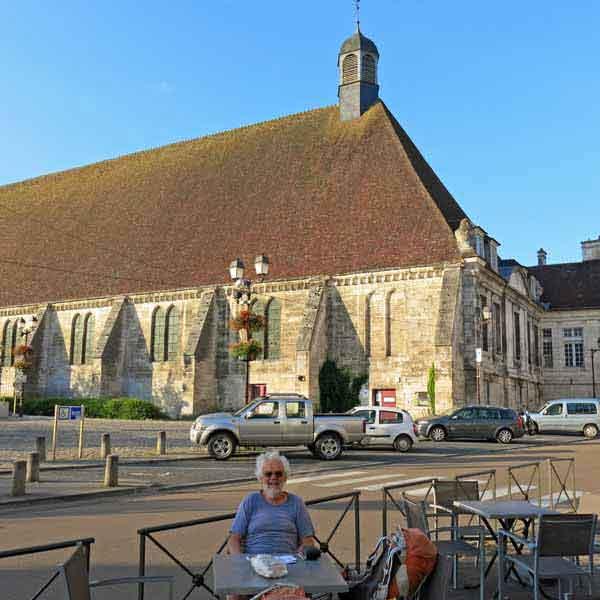 Walking in France: Waiting for breakfast near the Hôtel Dieu, Tonnerre