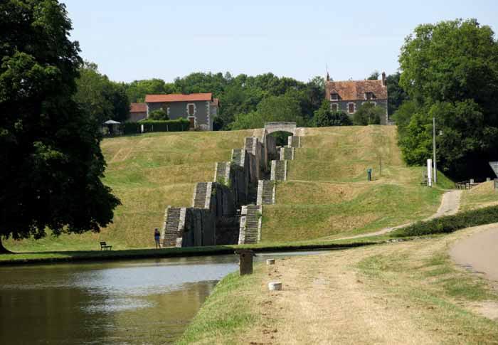 Walking in France: The seven abandoned locks of Rogny-les-Sept-Écluses