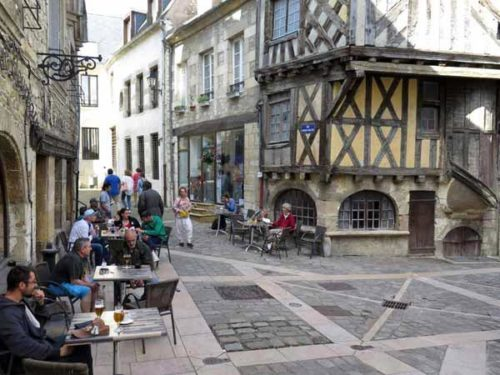 Walking in France: Nostalgic drinks in Clamecy