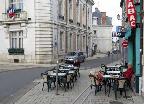 Walking in France: Breakfast beside the Hôtel de Ville, Decize