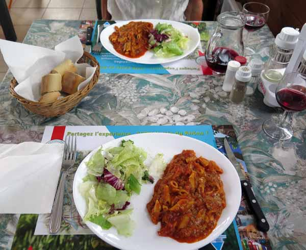 Walking in France: Pasta with bolognaise sauce for dinner
