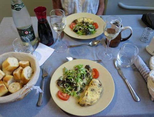 Walking in France: Omelettes aux cèpes with salad to start