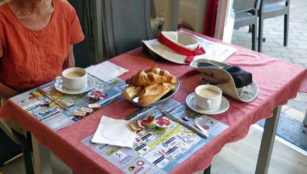 Walking in France: Breakfast at the Hôtel des Voyageurs, Saint-Paulien