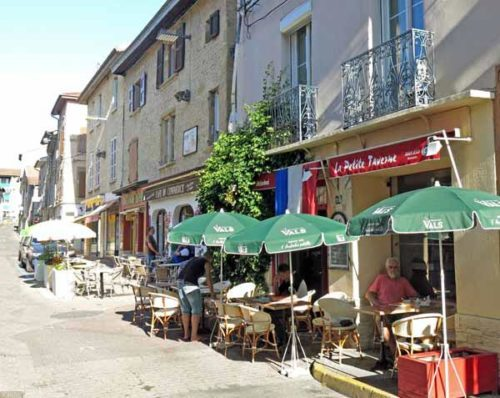 Walking in France: Out of the sun at La Petite Taverne, Beaurepaire