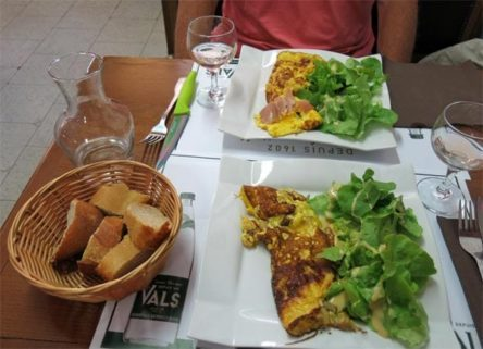 Walking in France: Omelettes with salad for lunch
