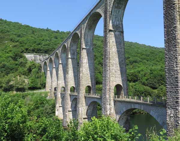 Walking in France: The impressive stone double-storey bridge over the Ain