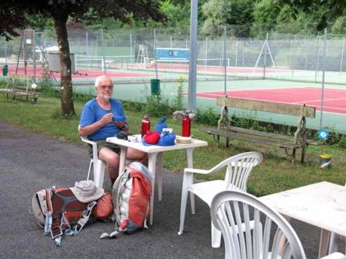 Walking in France: Breakfast next to the tennis courts