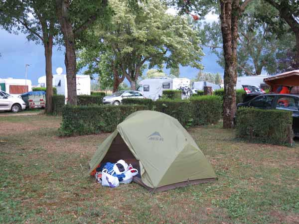 Walking in France: Installed in the Saint-Jean-de-Losne camping ground