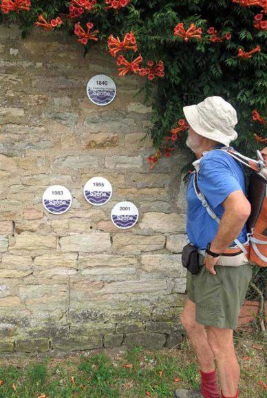 Walking in France: High-water flood markers, la Colonne