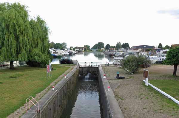Walking in France: Boat harbour at St-Jean-de-Losne, at the mouth of the Canal de Bourgogne